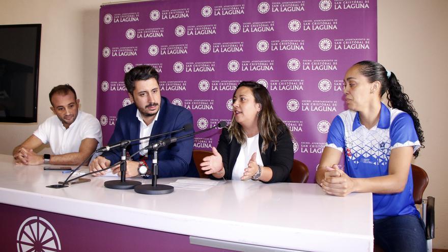 El alcalde de La Laguna y la concejala de Deportes mostrando su apoyo al Haris.