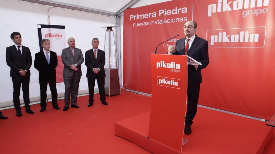 El presidente de Aragón, Javier Lambán, en la colocación de la primera piedra de las instalaciones de Pikolin en Plaza.