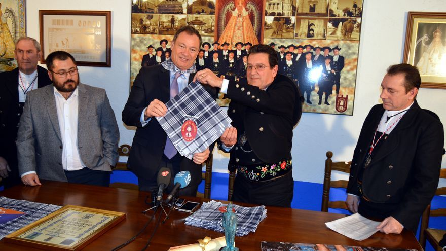 López-Alegría recibe el pañuelo de 'Pandorgo de Honor' de Ciudad Real / Ayuntamiento