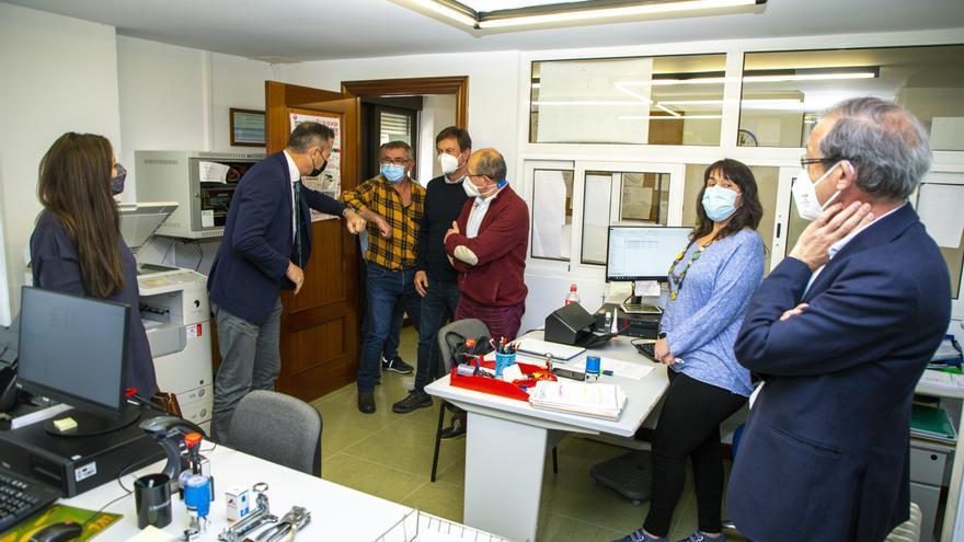 Archivo - El consejero de Desarrollo Rural, Ganadería, Pesca, Alimentación y Medio Ambiente, Guillermo Blanco, visita la Oficina Comarcal Agraria del municipio.