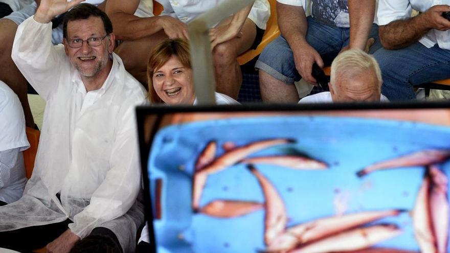 Mariano Rajoy, con la líder del PP valenciano, Isabel Bonig, en un acto en Santa Pola (Alicante), en las Generales de junio de 2016.