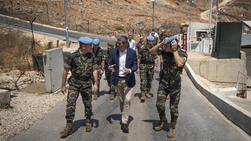 Fernando Clavijo (c) junto al jefe de la Brigada Canarias XVI, el general Venancio Aguado (i), durante la visita que ha realizado a este destacamento en el Líbano