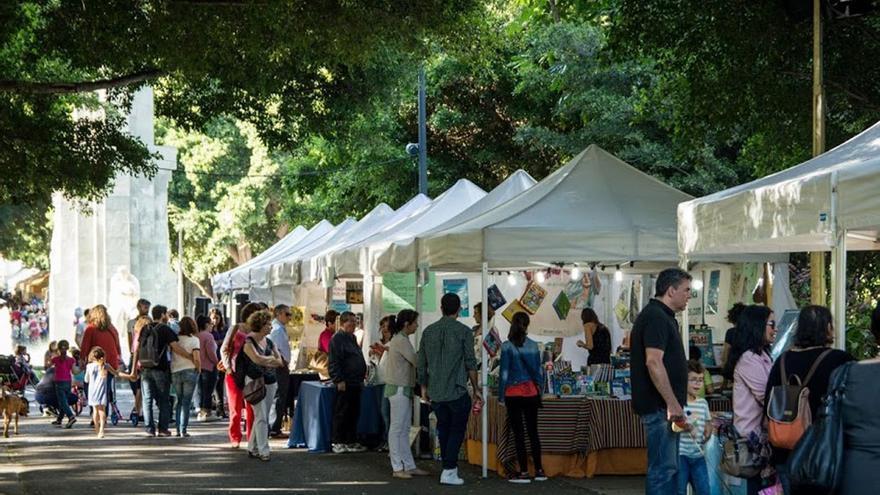 Feria del libro en el parque García Sanabria. (EFE).