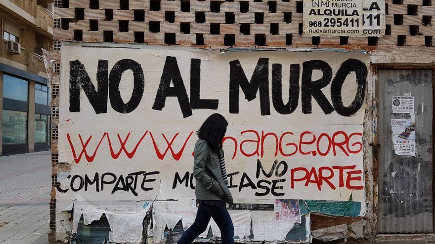 Cartel contra el muro que dividirá Murcia en el barrio de El Carmen/ ELISA RECHE