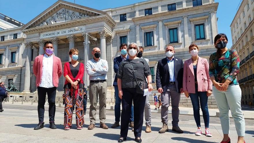 Representantes de CeACUA y Aministía Internacional, frente al Congreso