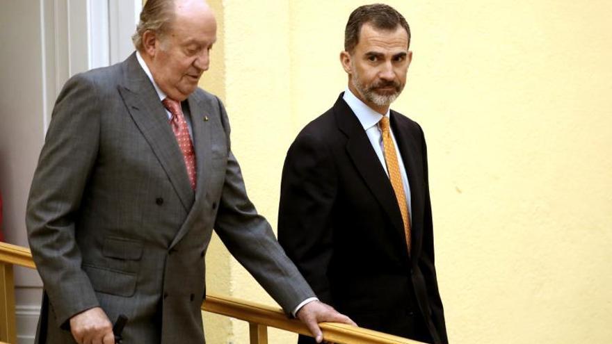 El rey Felipe VI y su padre, Juan Carlos de Borbón, en una imagen de archivo.
