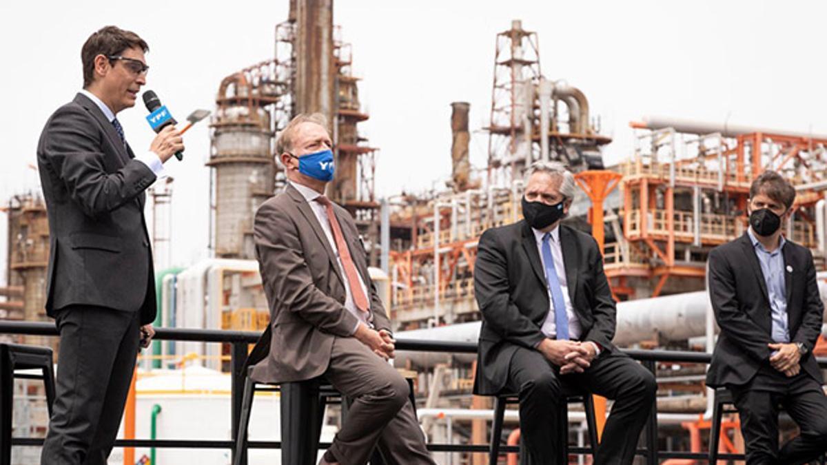 El CEO de YPF, Sergio Affronti, en la inauguración de una central térmica el 2 de diciembre de 2020. Lo escuchan el presidente de la empresa, Guillermo Nielsen, Alberto Fernández y Axel Kicillof