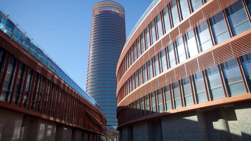 Torre Sevilla vista desde el espacio de los podios, donde se proyecta un centro comercial (Foto: Luis Serrano)