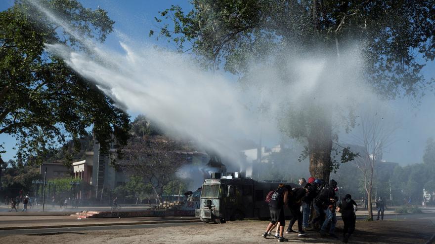 Cientos de personas protestan en Chile días después del histórico plebiscito