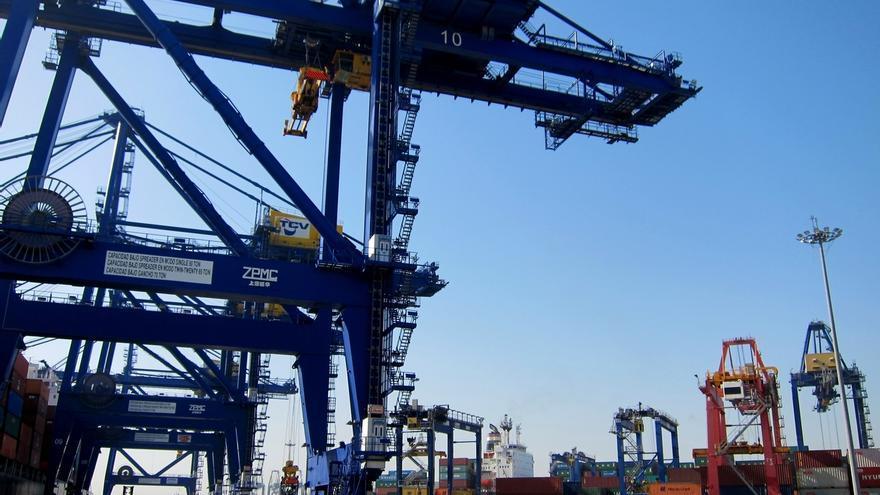 (Ampl.) El déficit comercial baja un 14,9% hasta marzo, con récord trimestral de exportaciones