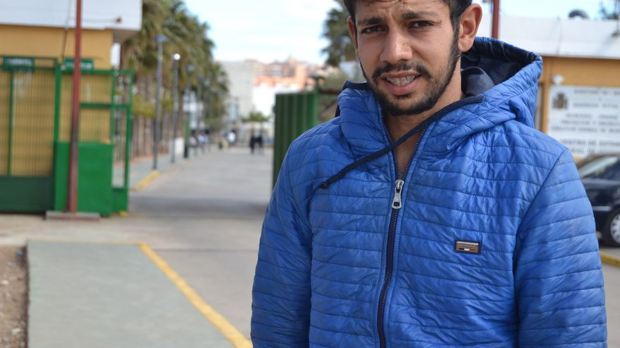 Badr Housami, el miércoles, en el exterior del CETI de Melilla   N.C.