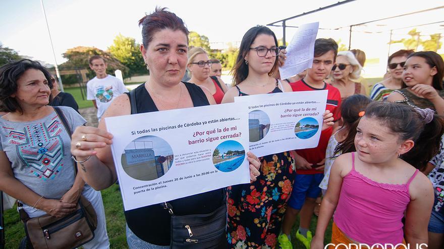 Protesta de los vecinos en la piscina de la calle Marbella | ÁLEX GALLEGOS