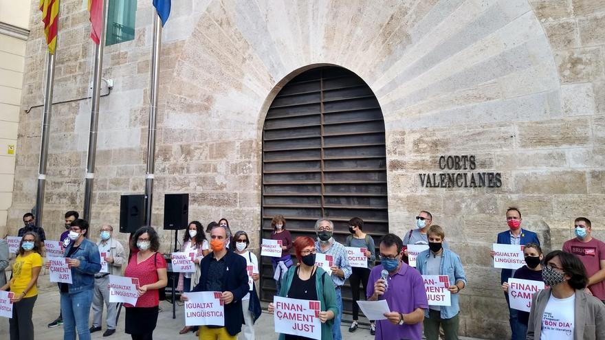 Concentració de la Comissió 9 d'Octubre davant de les Corts Valencianes.