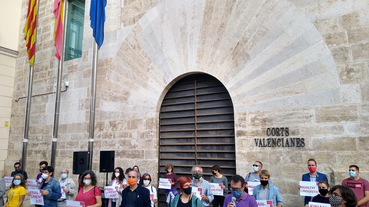 Concentración de la Comissió 9 d'Octubre en las Corts Valencianes.