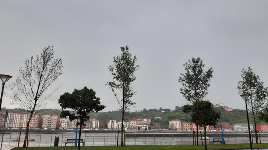 Archivo - Cielos nubosos y lluvia en Bizkaia.