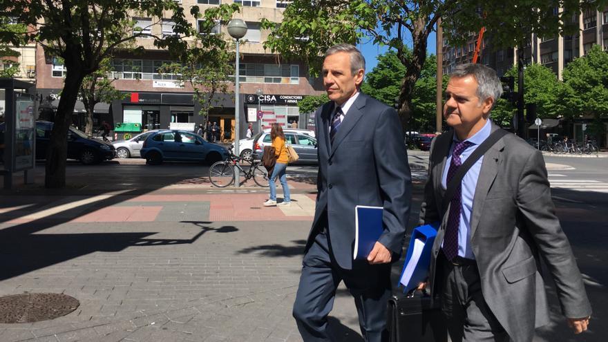 El doctor Valero -el más alto- a su llegada al Palacio de Justicia