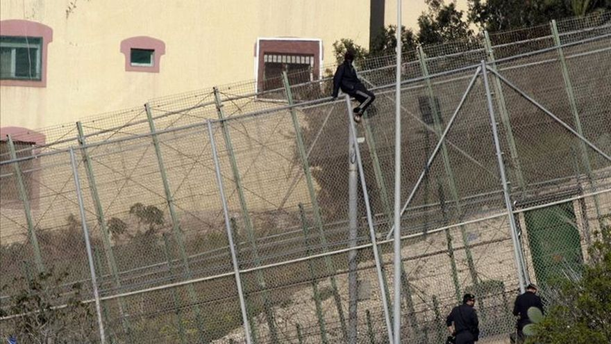 Cerca de un centenar de inmigrantes intenta saltar la valla Melilla