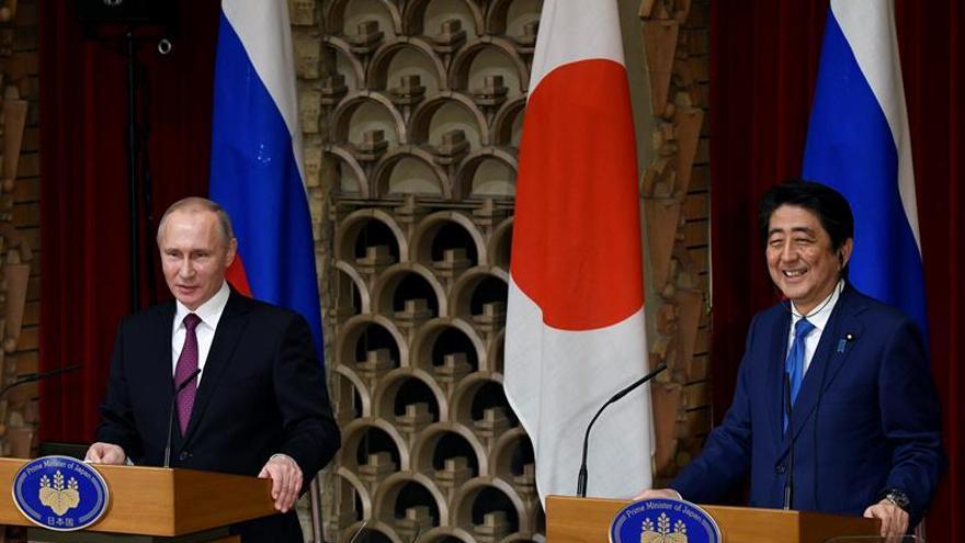 Abe y Putin negociarán una zona económica conjunta en las disputadas Kuriles
