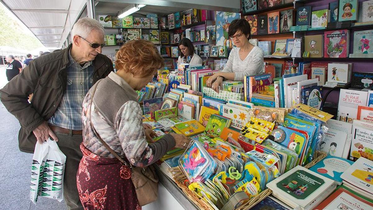 Público en las casetas de la Feria del Libro 2018