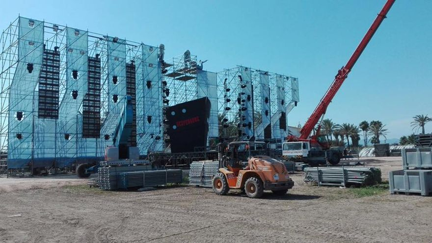 Una grúa ultimando el montaje de un escenario antes de la cancelación del Marenostrum