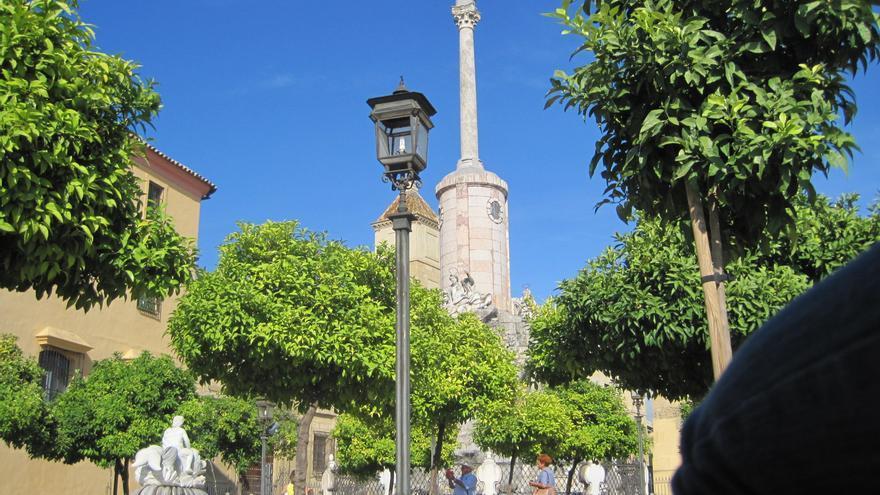 Vista de la plaza y el Triunfo de San Rafael de Córdoba.