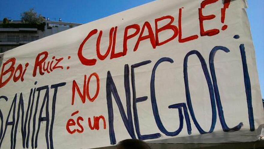 Pancarta contra el conseller de Salut frente a su casa en Barcelona, esta mañana.