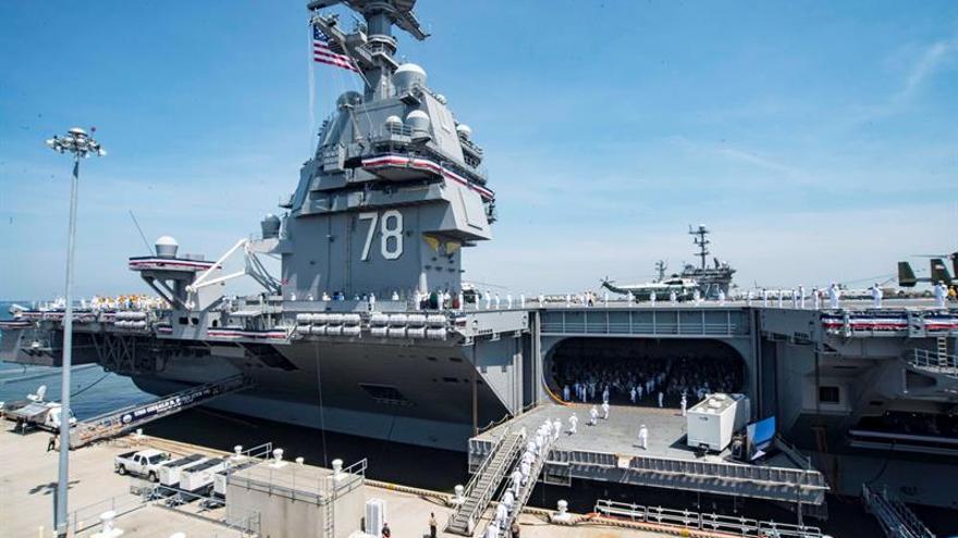 Trump advierte del poder militar estadounidense al inaugurar un portaaviones
