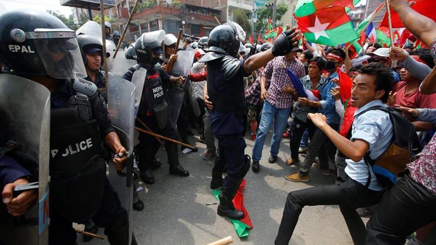Celebración oficial y protestas en el primer aniversario de la Constitución de Nepal