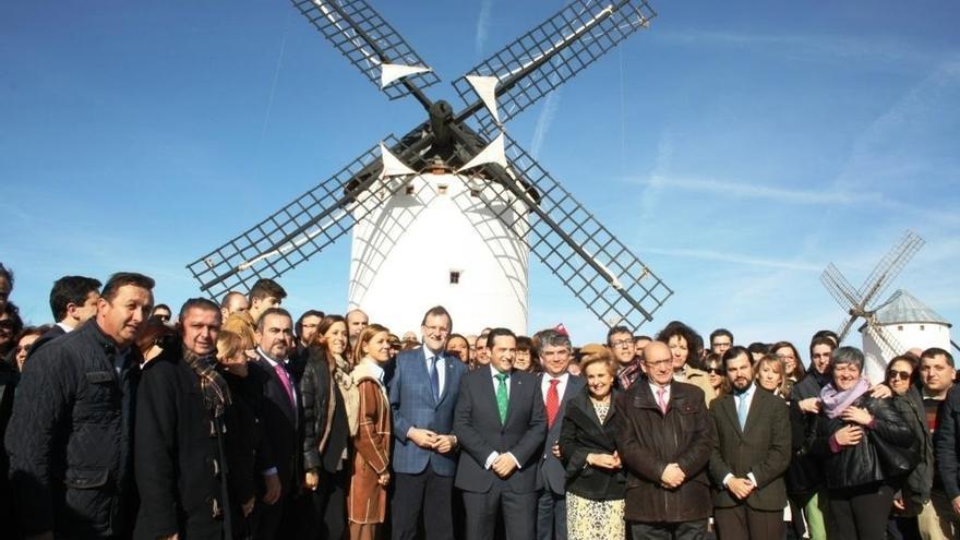 Rajoy culmina en Ocaña su jornada por cuatro provincias de C-LM, de donde se lleva queso, vino, aceite y miguelitos