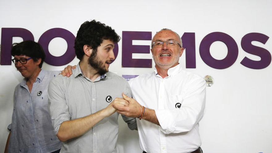 Antonio Estañ y Antonio Montiel durante el relevo en la portavocía de Podemos