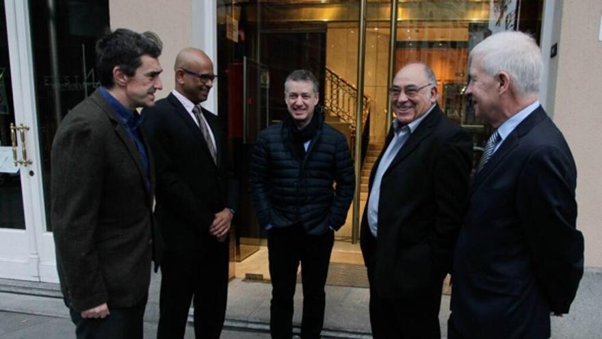El lehendakari Urkullu y Jonan Fernández, con los tres verificadores internacionales antes de su declaración en la Audiencia Nacional.