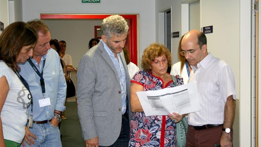 El director del SCS, Roberto Moreno, (dcha) comprobó 'in situ' el funcionamiento del Hospital del Sur