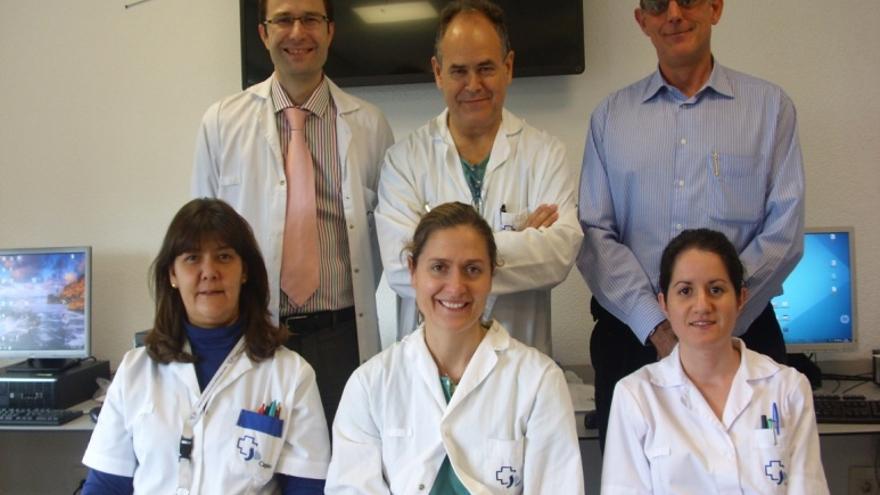 El equipo que ha desarrollado el primer tratamiento vivo del mundo con células madre. Arriba, de izquierda a derecha: Héctor Guadalajara, Damián García Olmo y Mariano García. Abajo: María Luz Vega, Dolores Herreros y Susana Olmedilla.