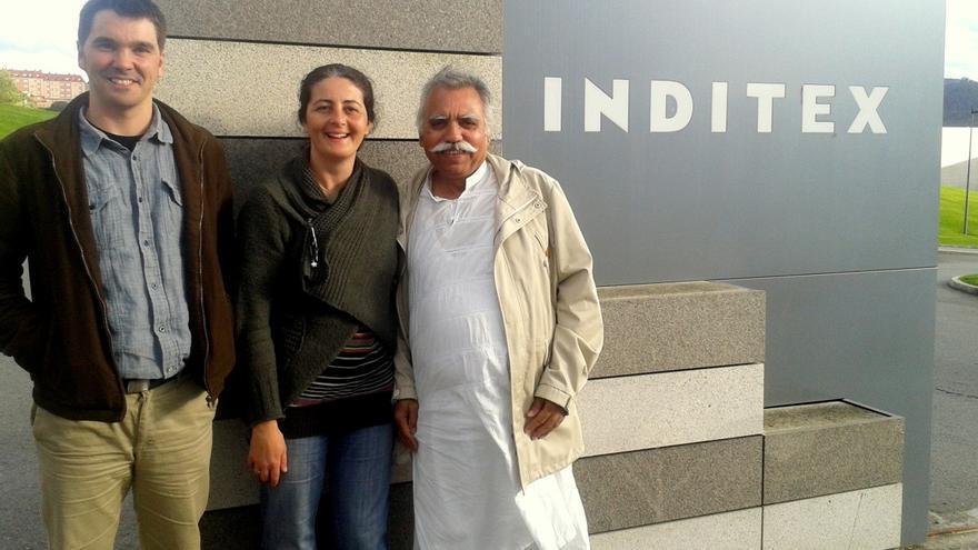 Ehsan Ullah Khan (derecha), en la entrada de la factoría de Inditex, en Arteixo (A Coruña)