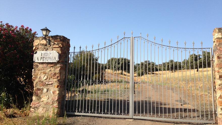 Puerta ilegal en finca La Peñuela, cerrada con candado