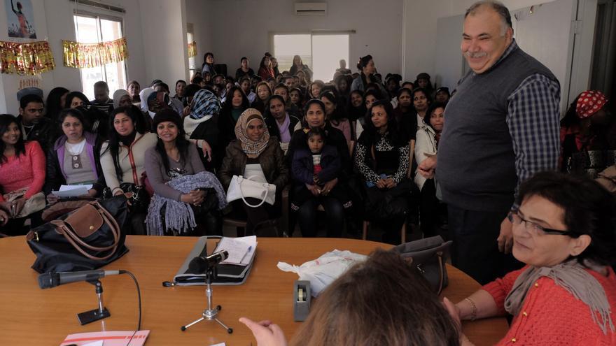 Reunión del comité de trabajadoras domésticas en el Líbano, con Castro Abdullah, presidente de FENASOL, en primer plano, el pasado domingo 18 de enero. // Oriol Andrés Gallart