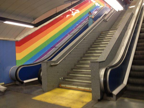 Escaleras de la estación de Metro de Chueca con la campaña de Netflix | SOMOS CHUECA