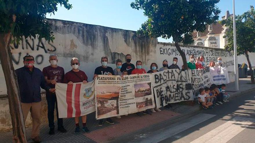 Protesta de vecinos ante el estadio de San Eulogio.