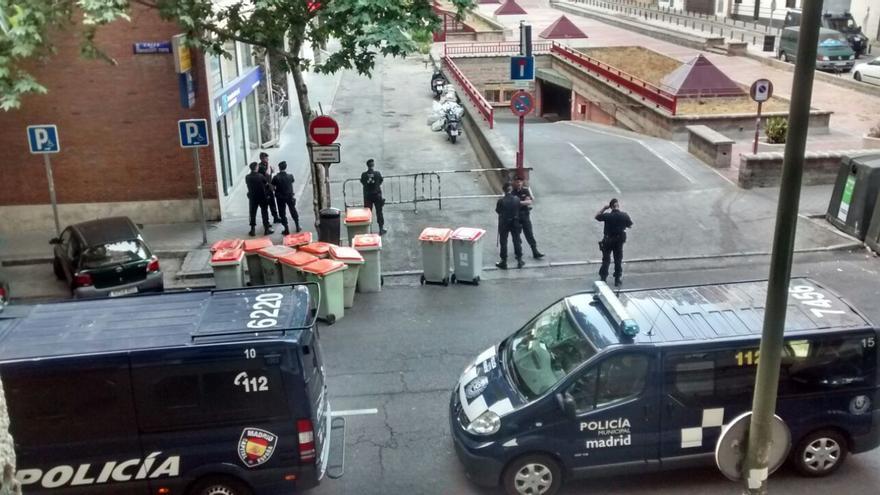 Agentes de la Policía cortan las calles aledañas para evitar que se impidiera el desalojo
