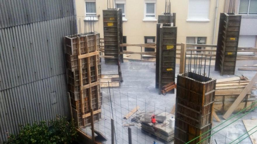 Una constructora levanta un edificio en un patio de luces for Patio de luces normativa