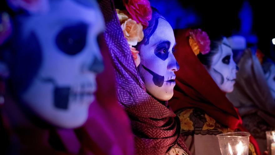 Los mexicanos asisten al desfile del Día de los Muertos en el cementerio de Mérida.   VÍCTOR FRAILE
