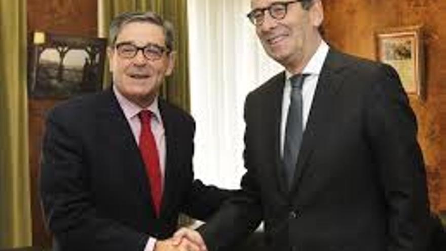 Mario Fernández (a la izquierda) saluda a su sucesor, Gregorio Villalabeitia.