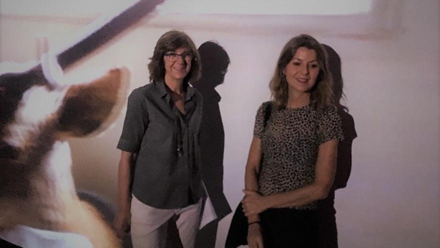 La directora general del Instituto de las Industrias Culturales y de las Artes, Marta López-Briones, y la artista Lorena Amorós, en el Centro Párraga.