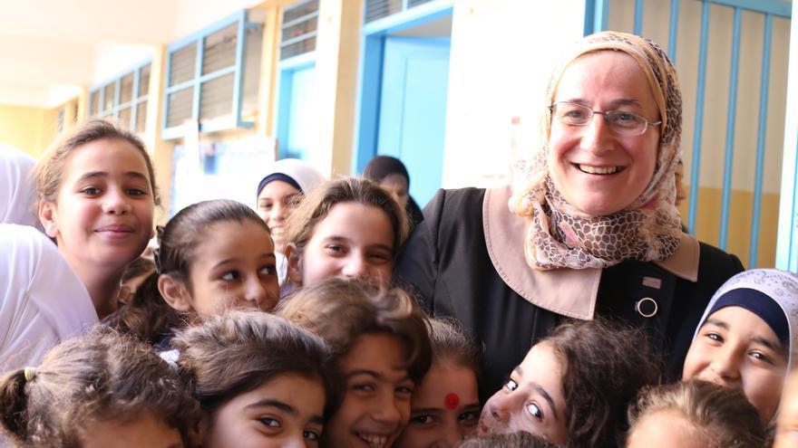 Nesrin posa junto a varias de sus alumnas en la escuela del campamento de Ein El Hilweh, en Líbano