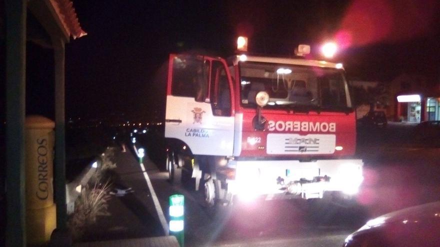 Un camión de Bomberos La Palma  en la zona de Dos Pinos donde, a las 22.10 horas del domingo, se detectó el fuego.