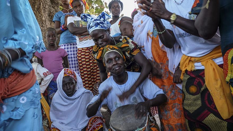 Un grupo de mujeres de Sissaucunda (Guinea Bissau) ha conseguido por primera vez en el país ser propietarias de la tierra. PEDRO ARMESTRE