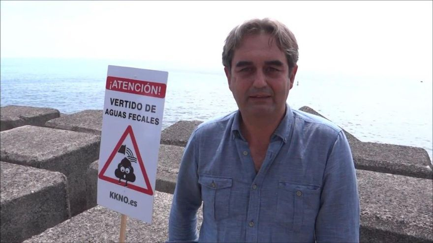 Pedro Fernández Arcila, en una parte de la costa de la capital tinerfeña donde se vierte al mar sin depurar