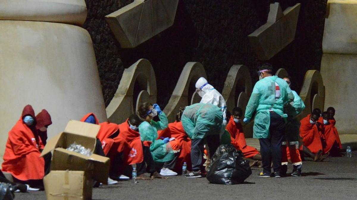 Migrantes atendidos por voluntarios de Cruz Roja. (EFE)