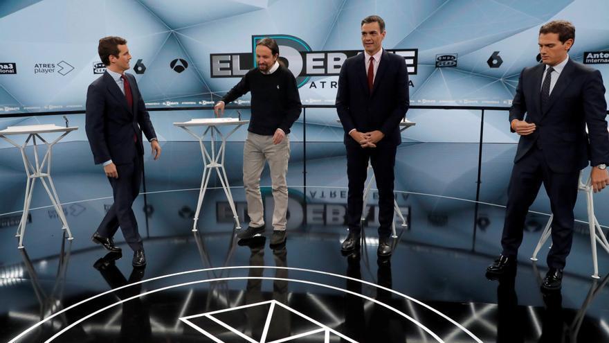 Pedro Sánchez y Pablo Iglesias, antes del debate en Atresmedia, entre Pablo Casado y Albert Rivera.