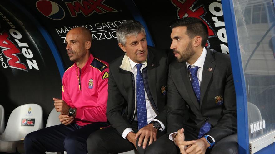 El entrenador de la UD Las Palmas, Quie Setién, y su ayudante Eder Sarabia durante el encuentro frente al Granada de la decimoséptima jornada de Liga disputado en el Estadio de Gran Canaria.